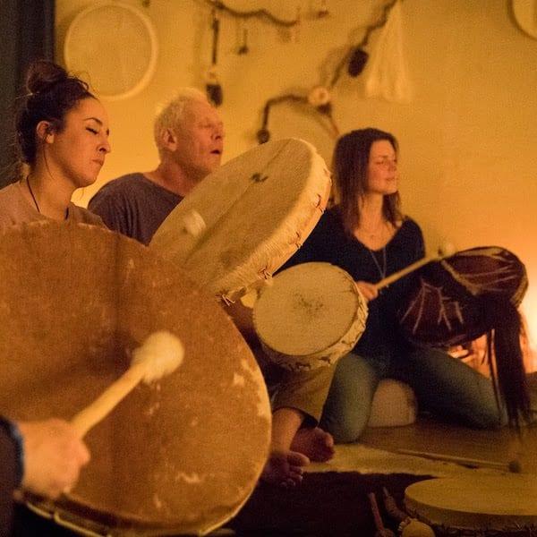Drumcirkel is het bespelen van een sjamaandrum