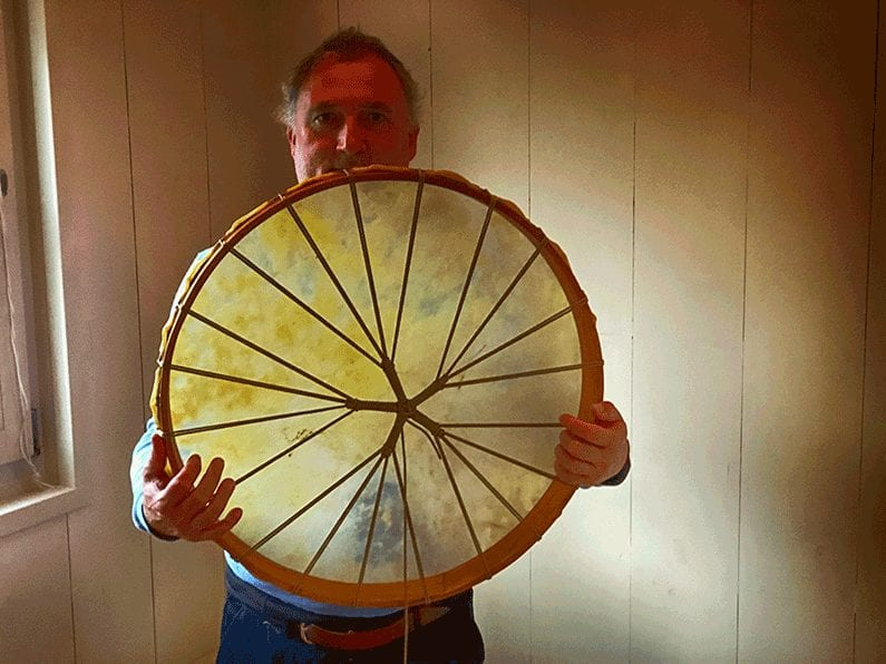 trots laat hij zijn eigen gemaakte drum zien